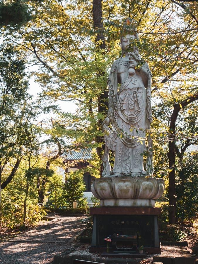 Statue au temple de ji de Zojo et tour de Tokyo au Japon images libres de droits