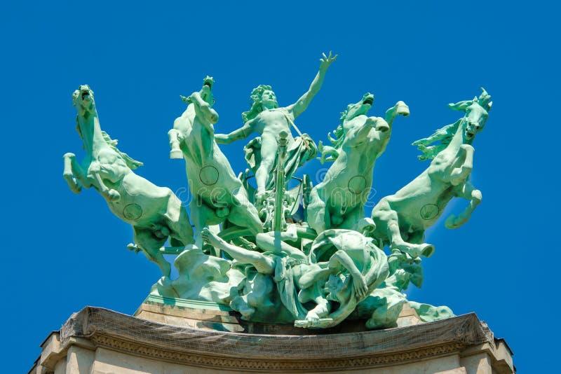 Statue auf dem Dach von großartigem Palais, Paris lizenzfreie stockfotografie