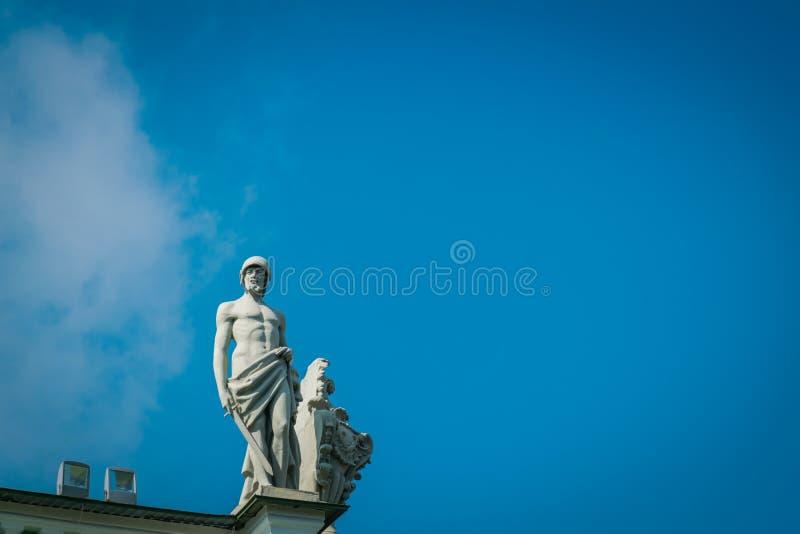 Statue auf dem Geb?ude des Winter-Palastes die Einsiedlerei stockfotografie