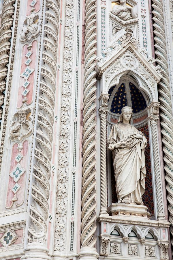Statue auf der Fassade Florence Cathedrals nannte formal Cattedrale-Di Santa Maria del Fiore widmete im Jahre 1436 stockfoto