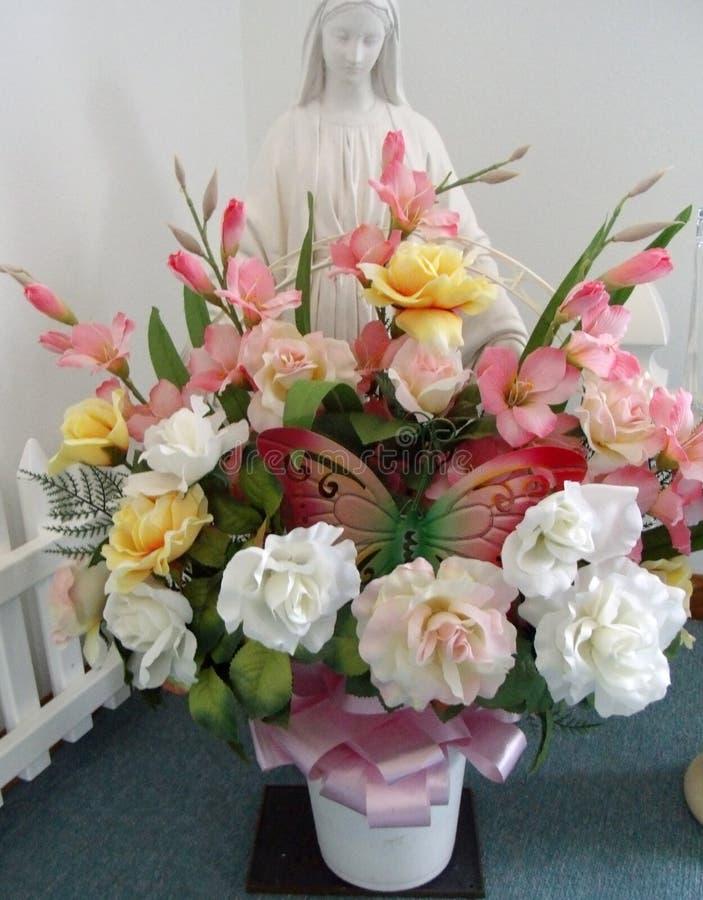 Statue bénie de Vierge Marie avec le bouquet des fleurs photographie stock