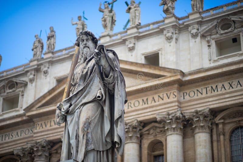 Statue basilique de St Peter et de St Peter de ` s au fond en place du ` s de St Peter, Ville du Vatican, Rome, Italie photographie stock libre de droits