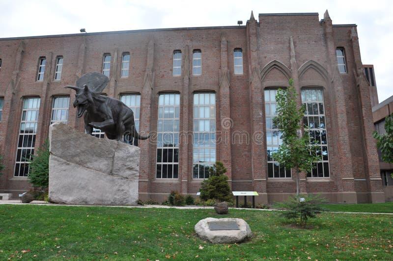 Statue bei Yale Peabody Museum der Naturgeschichte lizenzfreies stockfoto