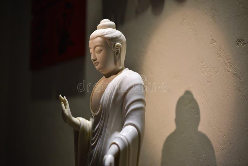 Statue blanche de Bouddha dans un musée photographie stock
