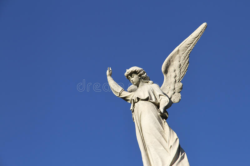 Statue de l'ange gardien dans le ciel bleu. Croyance. photo stock