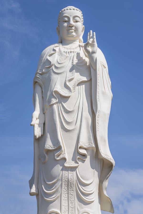 Statue blanche grande de Bouddha avec le ciel bleu à l'arrière-plan photos stock