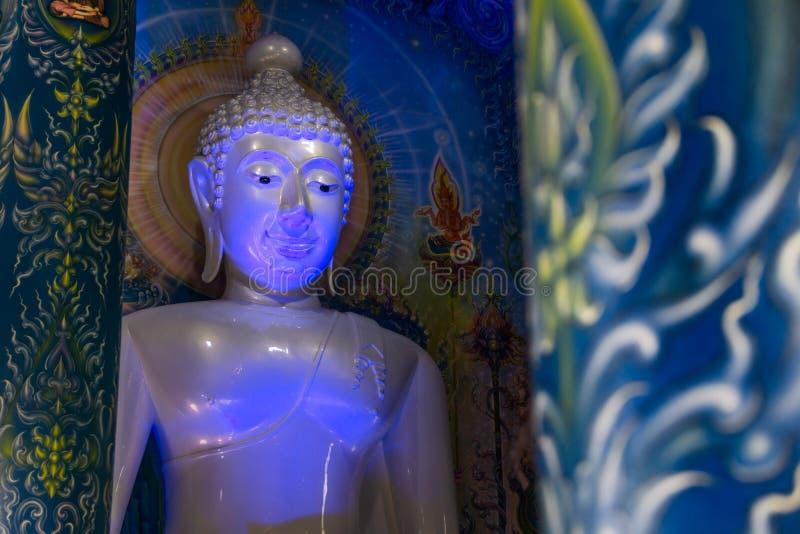Statue bleuâtre de Bouddha à l'intérieur du temple et du x28 bleus ; Temple& x29 de Rong Sua Ten ; en Chiang Rai, la Thaïlande photos libres de droits