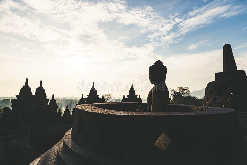 Statue Borobudur und Buddhas stockbild