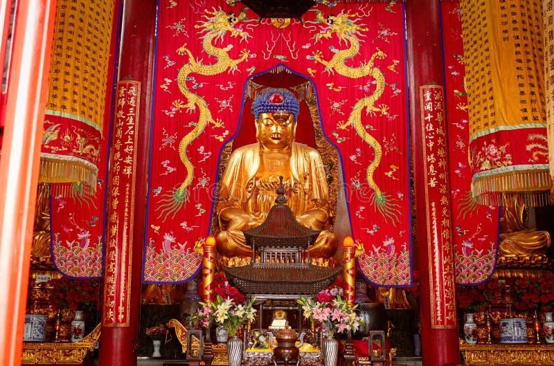 Statue bouddhiste - autel dans le temple chinois photo stock