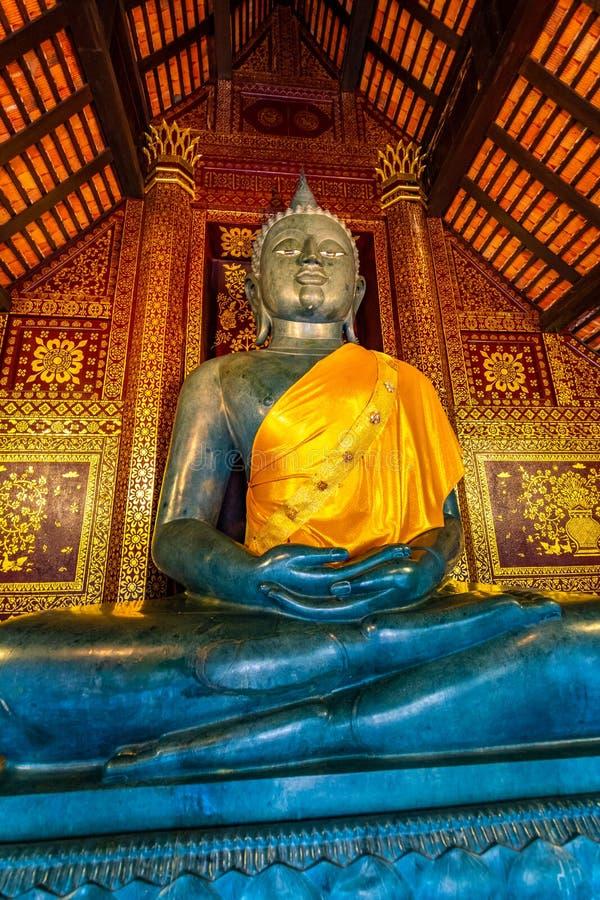 Statue Buddha i ett litet tempel nära Wat Chedi Luang-templet, Thailand Spiritual med vackra prydnadsföremål och texturer arkivfoton