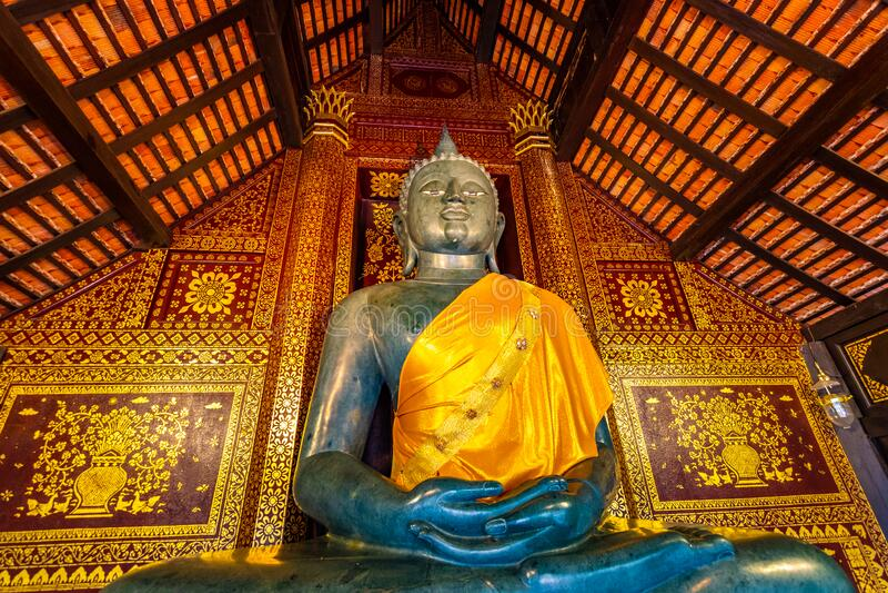Statue Buddha i ett litet tempel nära Wat Chedi Luang-templet, Thailand Spiritual med vackra prydnadsföremål och texturer royaltyfri foto