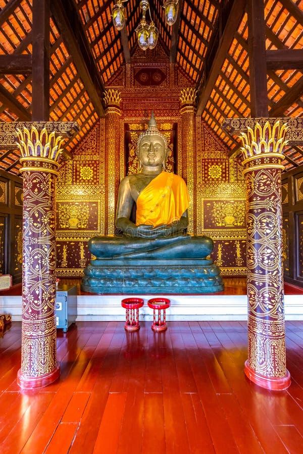 Statue Buddha i ett litet tempel nära Wat Chedi Luang-templet, Thailand Spiritual med vackra prydnadsföremål och texturer royaltyfri fotografi