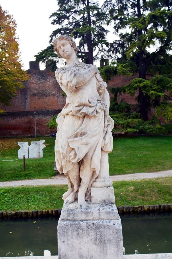 Statue célèbre contre le ciel bleu, dans Castelfranco Vénétie, l'Italie, l'Europe image libre de droits