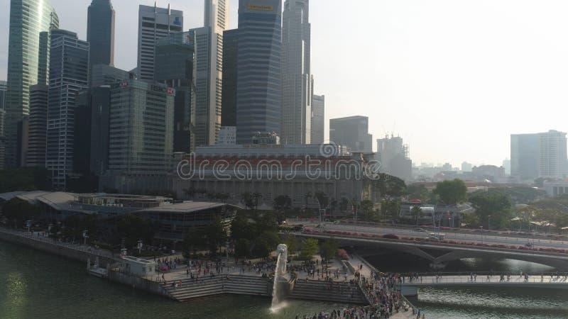 Statue célèbre de fontaine en parc de Merlion et paysage urbain de Singapour projectile La fontaine de Merlion jaillit l'eau à Si photographie stock