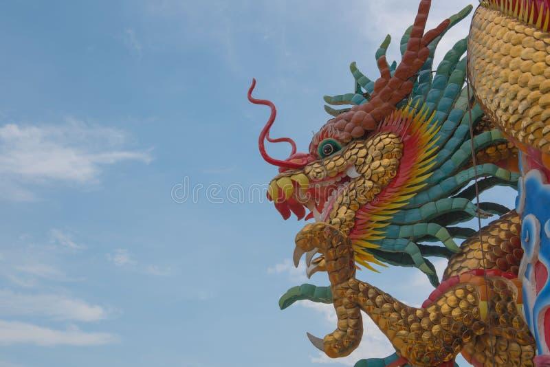 Statue chinoise de dragon et ciel bleu, fond images libres de droits