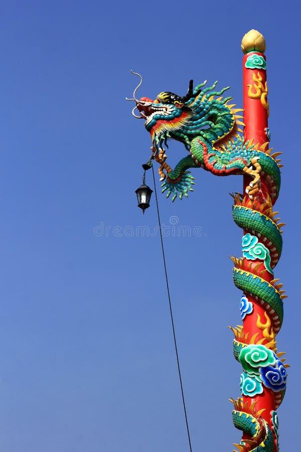 Statue chinoise de dragon sur le courrier images libres de droits