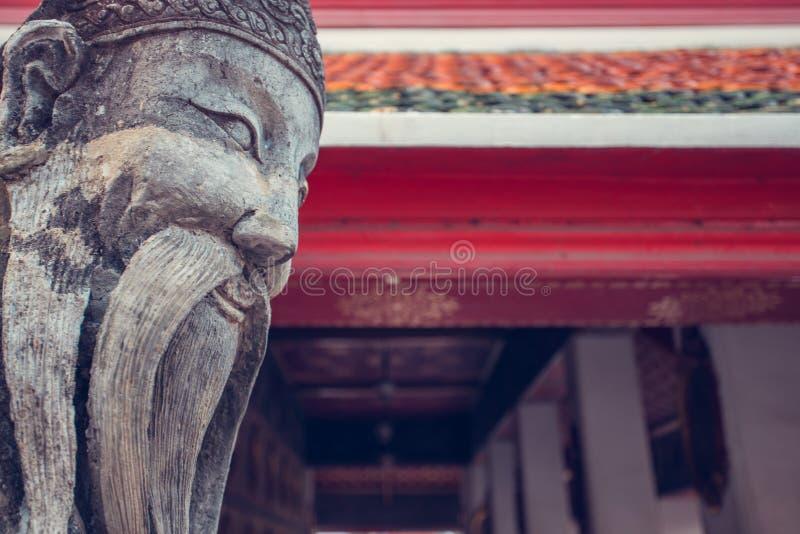 Statue chinoise de sourire de pierre de moine de Wat Pho Bangkok, Thaïlande photographie stock libre de droits