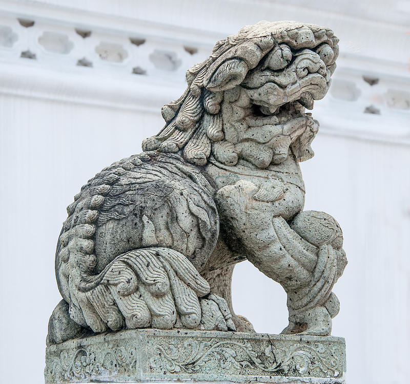 Statue chinoise médiévale de granit de chien de foo de gardien. photographie stock libre de droits