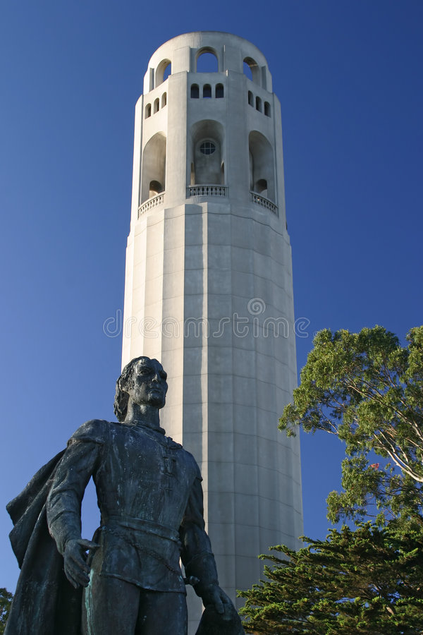 Statue Christopher-Columbus und Coit Kontrollturm lizenzfreie stockfotos