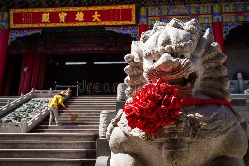 Statue cinesi del leone in tempio fotografie stock libere da diritti