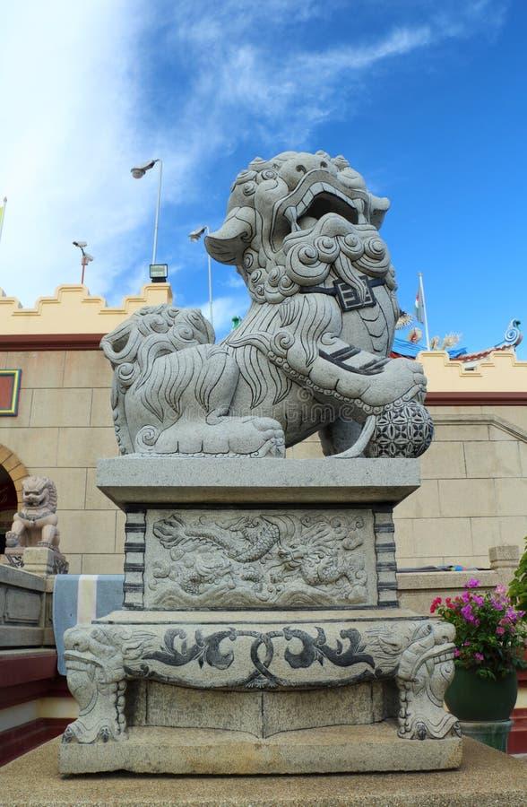 Statue cinesi del leone in tempio cinese fotografia stock libera da diritti