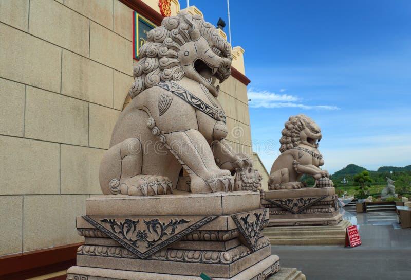 Statue cinesi del leone in tempio cinese fotografie stock libere da diritti
