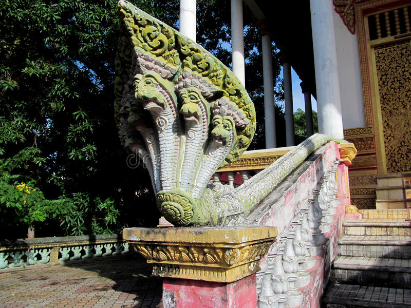 Statue colorée d'un serpent dans le temple cambodgien image stock