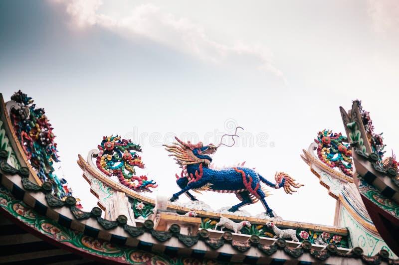 Statue colorée de Kirin dans le temple chinois, ciel sacré d'oriental photo libre de droits