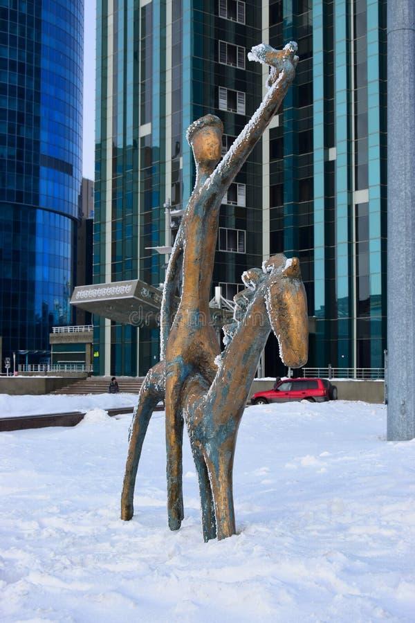 Statue comportant un cavalier à cheval photo libre de droits