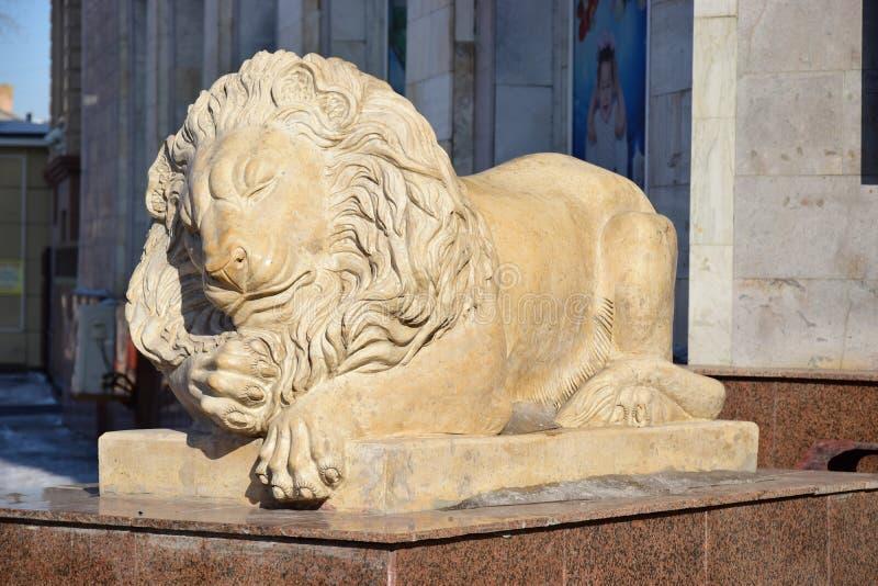 Statue comportant un lion menteur à Astana photos stock