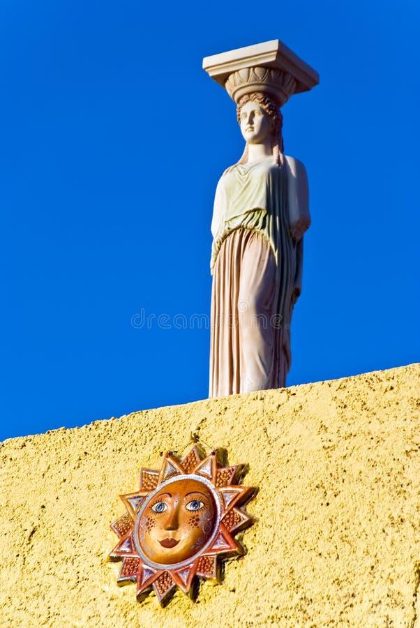 Statue contre le ciel bleu photos stock