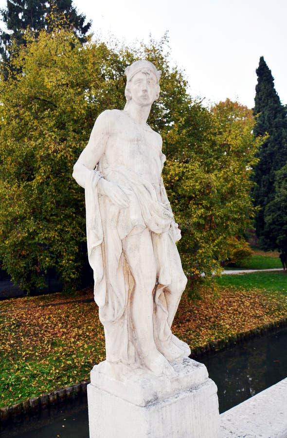 Statue contre le ciel bleu, dans Castelfranco Vénétie, l'Italie, l'Europe image stock