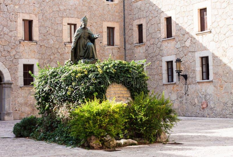 Statue d'évêque Pere Joan Campins i Barcelo chez Santuari de Lluc photos libres de droits
