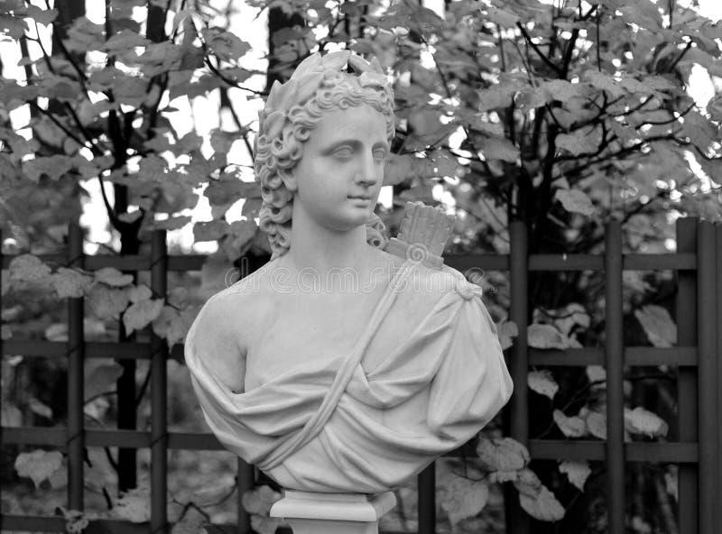 Statue d'allégorie du soleil dans le jardin d'été photos libres de droits