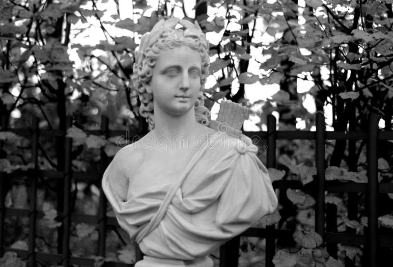 Statue d'allégorie du soleil dans le jardin d'été image stock