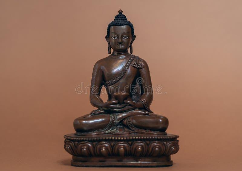 Statue d'Amitabha Bouddha sur le fond brun image stock