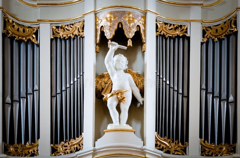 Statue d'ange à l'organe de cathédrale de Vilnius. photographie stock