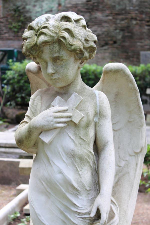 Statue d'ange avec la croix photo stock