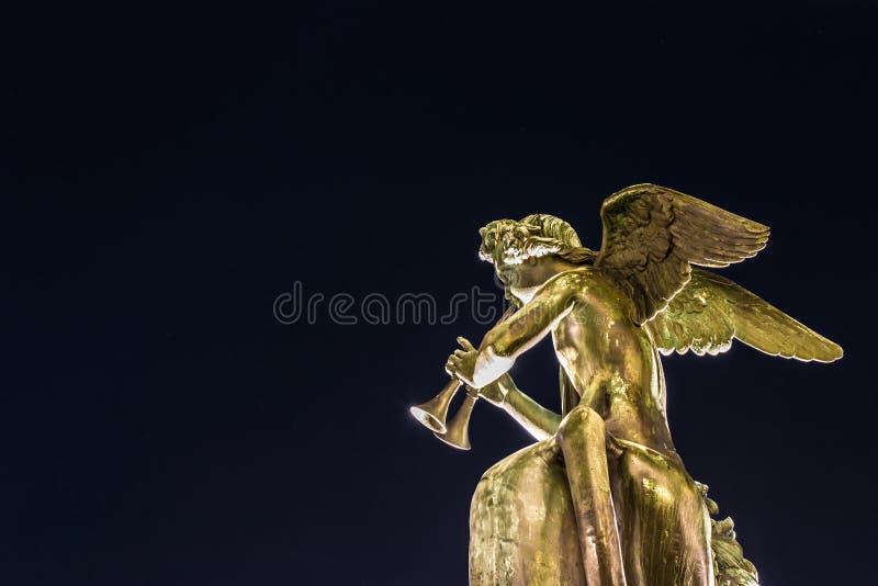 Statue d'ange d'isolement jouant l'instrument de musique photos libres de droits