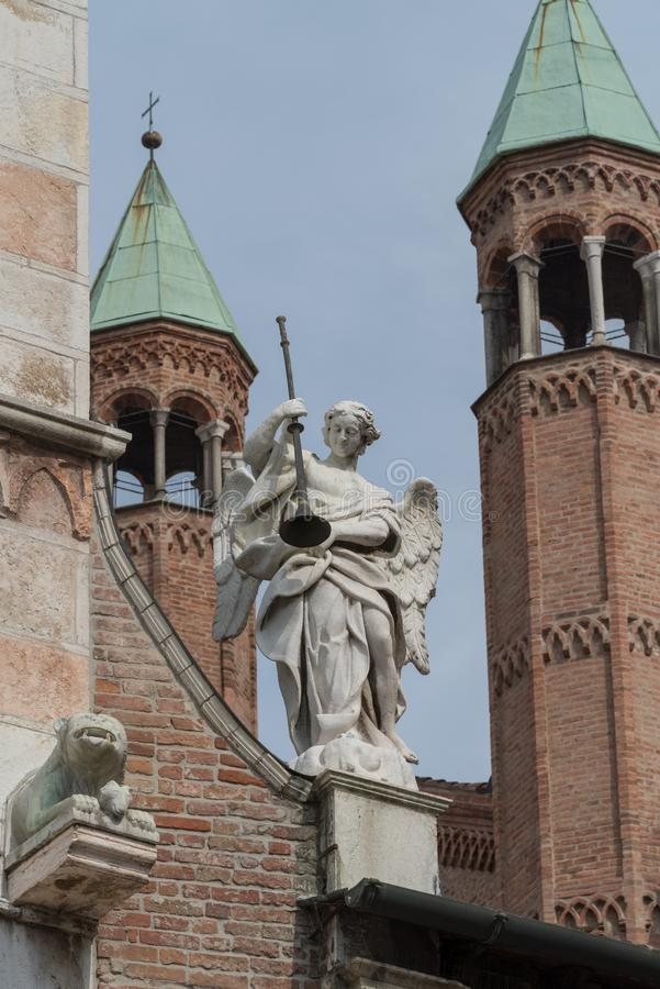 Statue d'ange sur la façade de la cathédrale de Crémone, Italie images stock