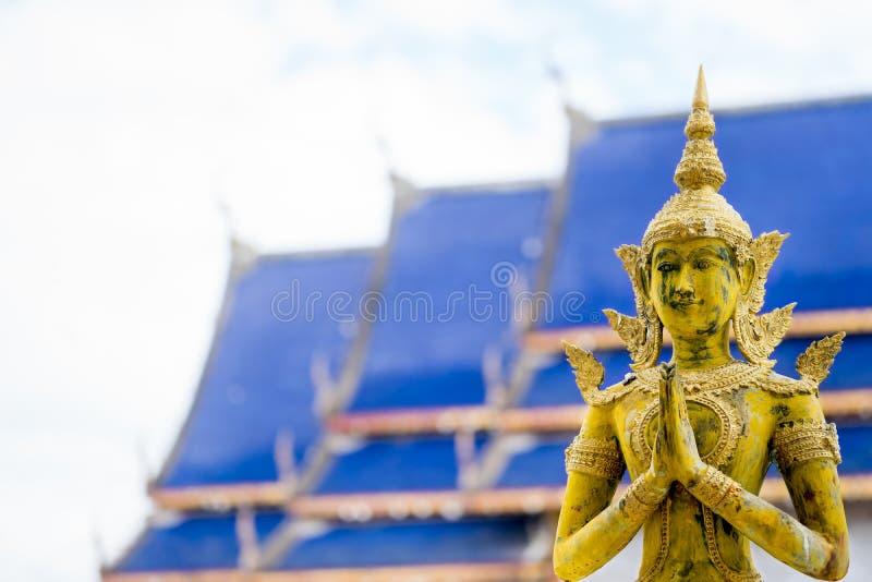 Statue d'anges pour payer le respect au toit bleu et à l'arrière-plan blanc de ciel photo libre de droits