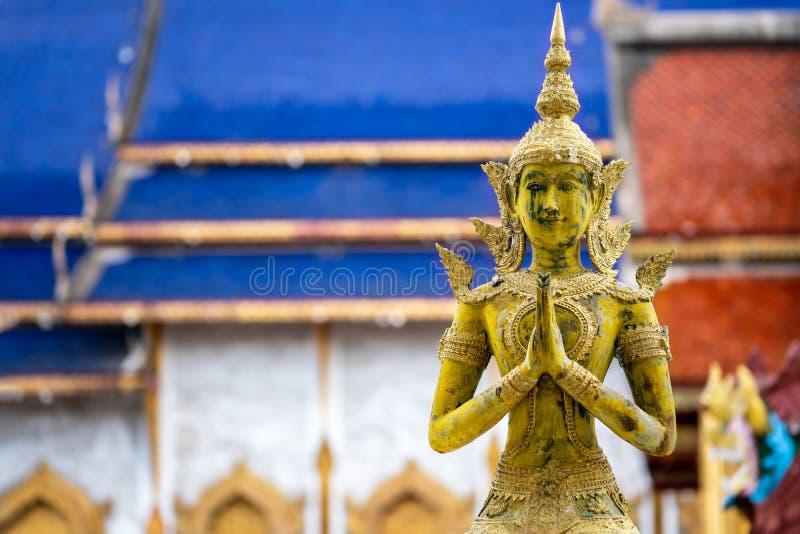Statue d'anges pour payer le respect dans le temple de la Thaïlande photo stock