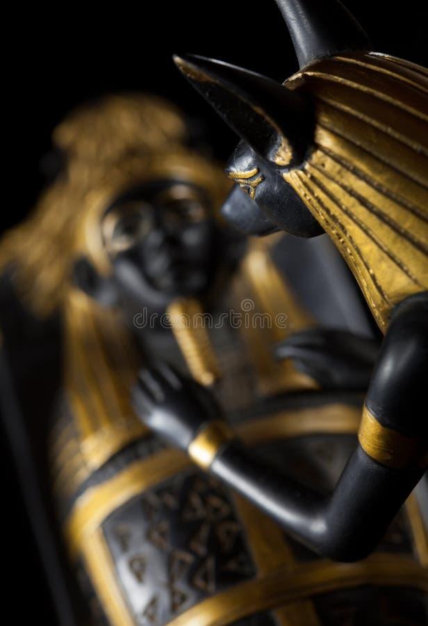 Statue d'Anubis avec la maman du décédé sur un backg noir photos stock