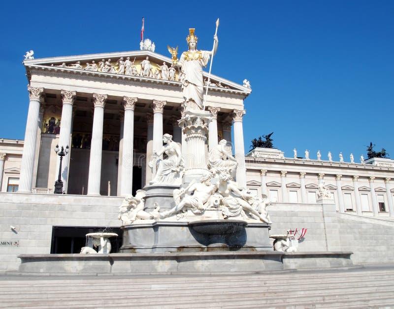 Statue d'Athéna et le parlement autrichien photographie stock libre de droits