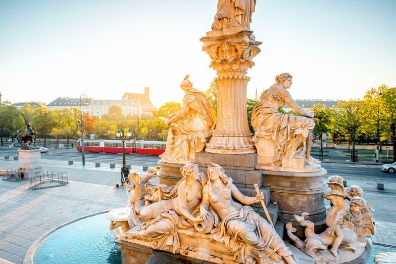 Statue d'Athéna près du bâtiment de Parlament à Vienne photos libres de droits
