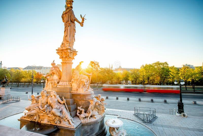 Statue d'Athéna près du bâtiment de Parlament à Vienne images stock