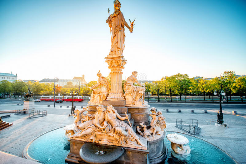 Statue d'Athéna près du bâtiment de Parlament à Vienne image libre de droits