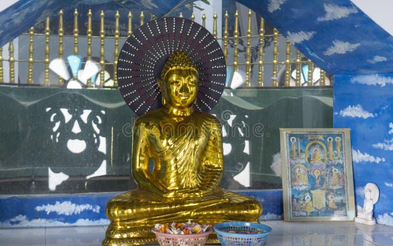 Statue d'or brillante bouddhiste antique de couleur à l'autel photographie stock libre de droits