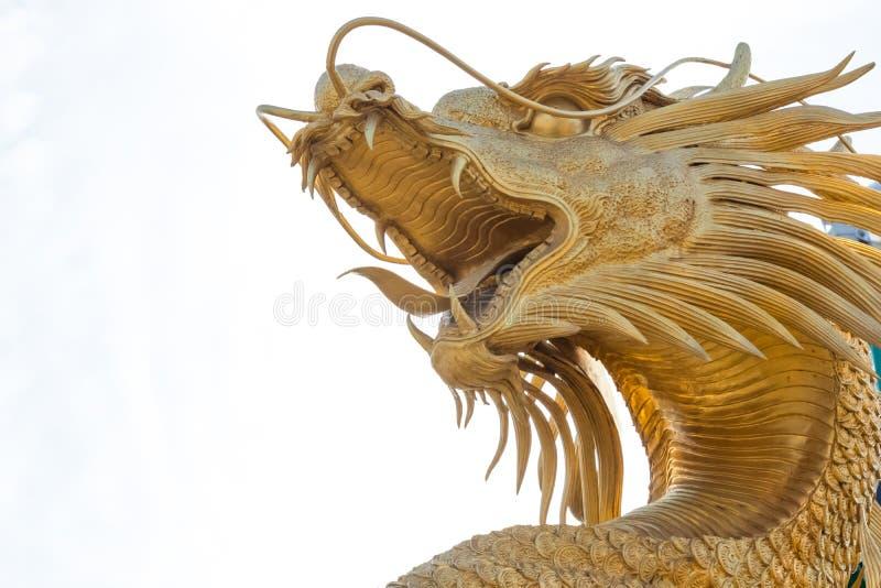 Statue d'or chinoise de dragon à l'arrière-plan du ciel bleu images stock