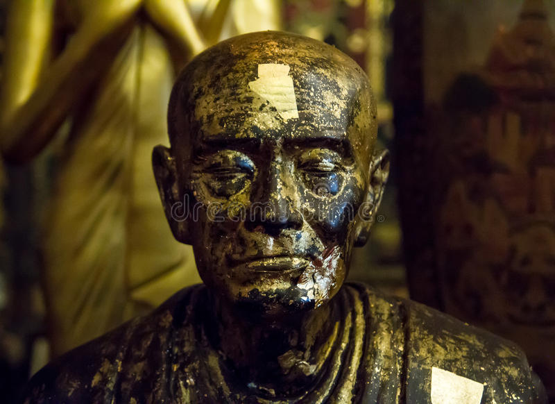 Statue d'or d'un moine images stock